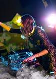 Menina do disco-jóquei que mistura a música eletrônica no clube fotos de stock royalty free