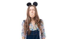 Menina do divertimento fechado seus olhos e pastilha elástica do sopro Foto de Stock