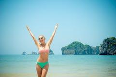 Menina do divertimento na praia Fotos de Stock Royalty Free