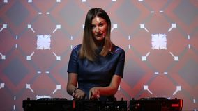 Menina do DJ em plataformas no clube video estoque