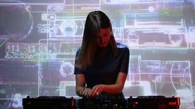Menina do DJ em plataformas no clube vídeos de arquivo