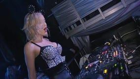 A menina do DJ na incandescência superior, as orelhas de rato acena as mãos do calor nightclub Movimento lento vídeos de arquivo