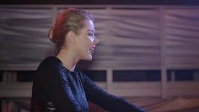 Menina do DJ na parte superior que mistura na plataforma giratória, quadris sacudindo nightclub Movimento lento vídeos de arquivo