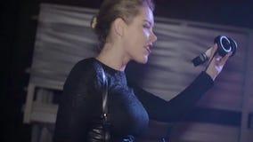 Menina do DJ no salto superior, misturando na plataforma giratória headphones nightclub Movimento lento video estoque