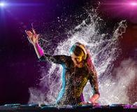 A menina do DJ que mistura a música eletrônica com espirra Imagens de Stock Royalty Free