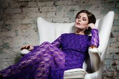 Menina do encanto da forma sonhadoramente no vestido violeta do laço Fotos de Stock