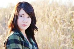 Menina do encanto em meadow02 Fotografia de Stock Royalty Free
