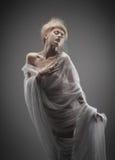 Menina do encanto no fishnet com penteado creativo fotografia de stock royalty free