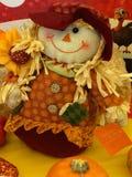 Menina do espantalho cercada pela decoração sazonal Imagens de Stock Royalty Free