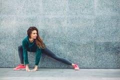 Menina do esporte da aptidão na rua Imagens de Stock Royalty Free