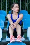 Menina do esporte da aptidão no sportswear da forma que faz o exercício na rua, esportes exteriores da aptidão da ioga, estilo ur imagem de stock