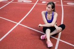 Menina do esporte da aptidão no sportswear da forma que faz o exercício na rua, esportes exteriores da aptidão da ioga, estilo ur fotos de stock royalty free