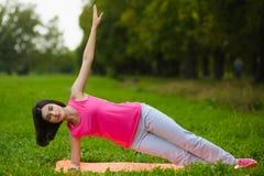Menina do esporte da aptidão no sportswear que faz o exercício da aptidão da ioga exterior Fotos de Stock Royalty Free