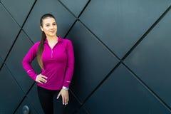 Menina do esporte da aptidão no sportswear que faz o exercício na rua, esportes exteriores da aptidão, estilo urbano fotografia de stock royalty free