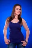 Menina do esporte nas calças de brim Imagem de Stock