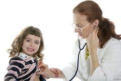 Menina do estetoscópio do doutor da mulher do pediatra Imagens de Stock Royalty Free