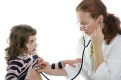 Menina do estetoscópio do doutor da mulher do pediatra Fotografia de Stock