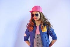 A menina do estilo do PNF está em um fundo azul Imagem de Stock Royalty Free