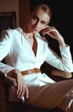Menina do estilo do vintage que levanta o terno branco fotografia de stock