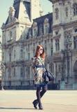 Menina do estilo perto da construção retro fotografia de stock royalty free