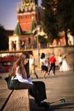 Menina do estudante do adolescente com passeio marrom longo no fim u do pennyboard imagem de stock royalty free