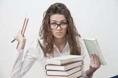 Menina do estudante com eyeglasses grandes que aprende Imagem de Stock