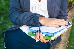 A menina do estudante com folhas do estudo e o glossário registram o close-up Imagens de Stock Royalty Free