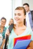 Menina do estudante com os dobradores do saco e da cor de escola Imagem de Stock Royalty Free