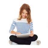 Menina do estudante com PC da tabuleta Imagem de Stock Royalty Free