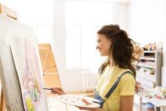 Menina do estudante com pintura da armação na escola de arte Fotografia de Stock Royalty Free