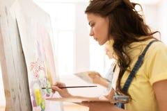 Menina do estudante com pintura da armação na escola de arte Imagem de Stock