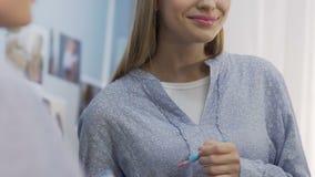Menina do estudante que aplica lipgloss, a composição diária simples para a faculdade ou o escritório video estoque