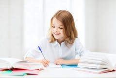 Menina do estudante que estuda na escola Foto de Stock