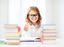 Menina do estudante que estuda na escola Imagens de Stock Royalty Free