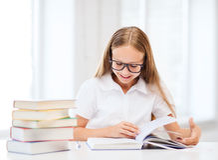 Menina do estudante que estuda na escola Fotos de Stock