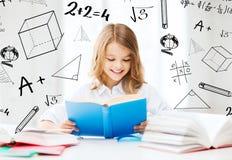 Menina do estudante que estuda na escola Imagem de Stock