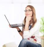 Menina do estudante que trabalha em casa Fotografia de Stock