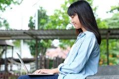 Menina do estudante que usa o laptop, educação em linha, conceito da aprendizagem adulta imagem de stock royalty free