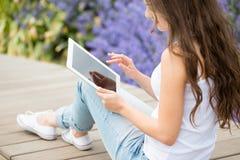 Menina do estudante que usa o tablet pc Imagens de Stock Royalty Free