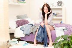 Menina do estudante que veste-se acima na manhã Imagem de Stock