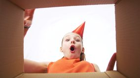 Menina do feliz aniversario na caixa de presente da abertura do chapéu do partido video estoque