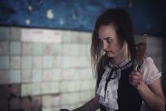 Menina do filme de terror com faca fotos de stock