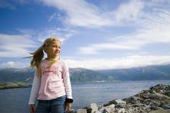 Menina do Fjord. foto de stock