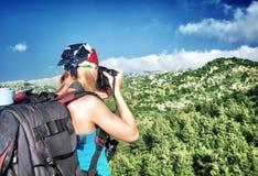 Menina do fotógrafo nas montanhas Foto de Stock Royalty Free