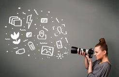 Menina do fotógrafo que captura os ícones e os símbolos brancos da fotografia Fotos de Stock Royalty Free