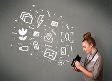 Menina do fotógrafo que captura os ícones e os símbolos brancos da fotografia Imagens de Stock