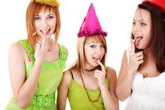 A menina do grupo no aniversário come o bolo de chocolate. Imagens de Stock Royalty Free