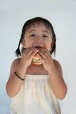 Menina do hamburguer fotografia de stock royalty free