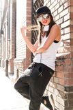 Menina do hip-hop com fones de ouvido em um ambiente urbano Foto de Stock
