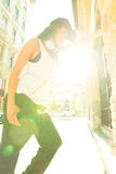 Menina do hip-hop com fones de ouvido em um ambiente urbano Imagem de Stock Royalty Free